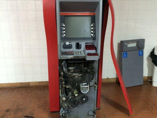 Apesar dos equipamentos ficarem danificados, os criminosos não levaram dinheiro (Foto: Divulgação/Agência 14News)