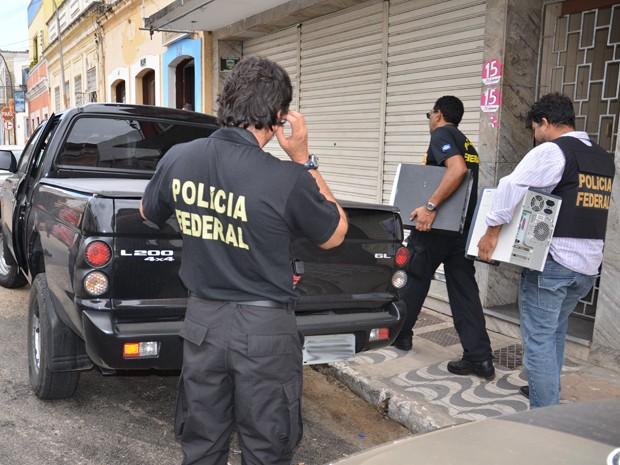 Polícia Federal durante a Operação Squadre em rua de João Pessoa, Paraíba (Foto: Walter Paparazzo/G1)