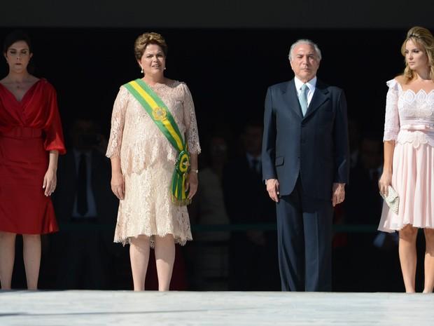Janeiro/2015 - Michel Temer é visto ao lado de sua mulher, Marcela Temer, e da presidente Dilma Rousseff durante a cerimônia de posse da presidência no Palácio do Planalto, em Brasília (Foto: José Cruz/Agência Brasil)