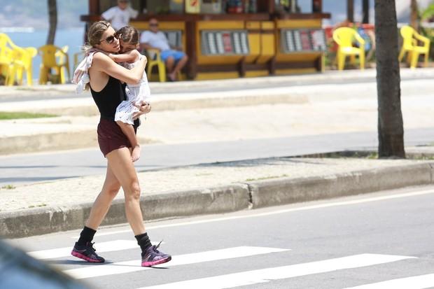 Grazi Massafera e a filha sofia caminhando na orla (Foto: Dilson Silva / Agnews)