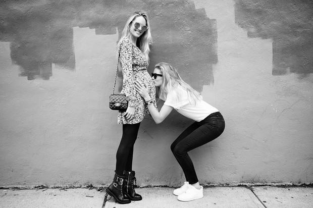 Doutzen Kroes beija barriga de Candice Swanepoel (Foto: Reprodução / Instagram)
