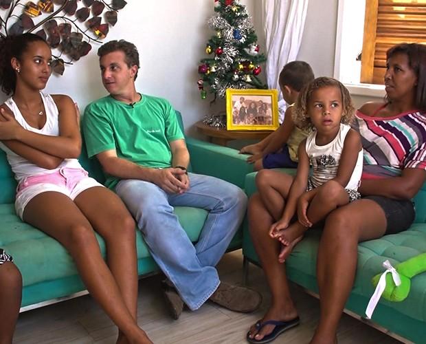 Luciano Huck conversa com família que teve sua casa reformada no Lar Doce Lar (Foto: TV Globo / Caldeirão do Huck)