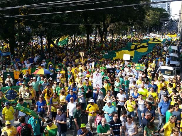 Manifestantes protestam em Curitiba  (Foto: Fernanda Fraga / RPC )