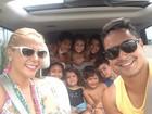 Carla Perez e Xanddy levam a criançada para a praia
