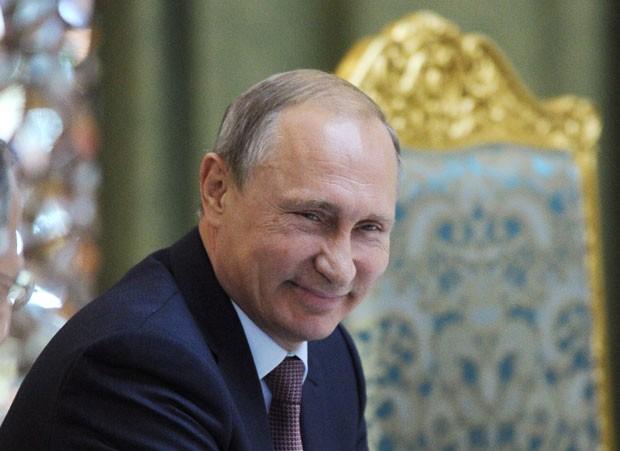 O presidente da Rússia, Vladimir Putin, sorri durante cúpula da Organização do Tratado de Segurança Coletiva (OTSCE) em Dussambe, Tadjiquistão, nesta terça-feira (15) (Foto: Mikhail Klimentyev/Ria Novosti/AFP)