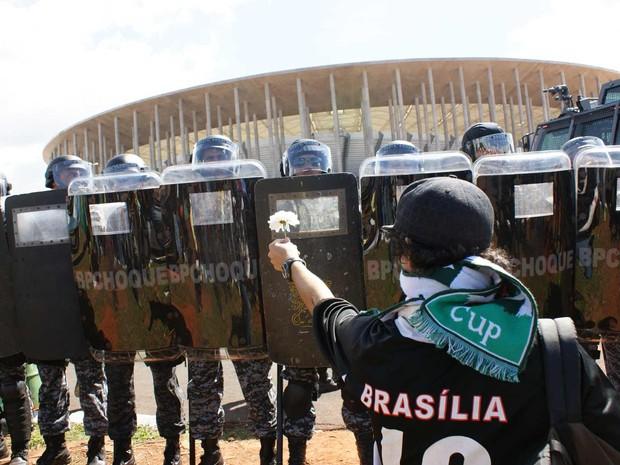 Manifestante mostra flor a policiais (Foto: Vianey Bentes/TV Globo)