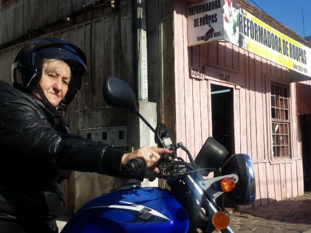 Costureira de 65 anos conta venceu preconceito para poder dirigir moto (Foto: Alana Fonseca/G1)