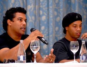 assis e Ronaldinho Gaucho coletiva Copacabana Palace (Foto: Alexandre Durão / Globoesporte.com)