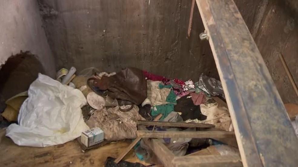 Interior de bueiro onde vive moradora de rua (Foto: TV Globo/Reprodução)