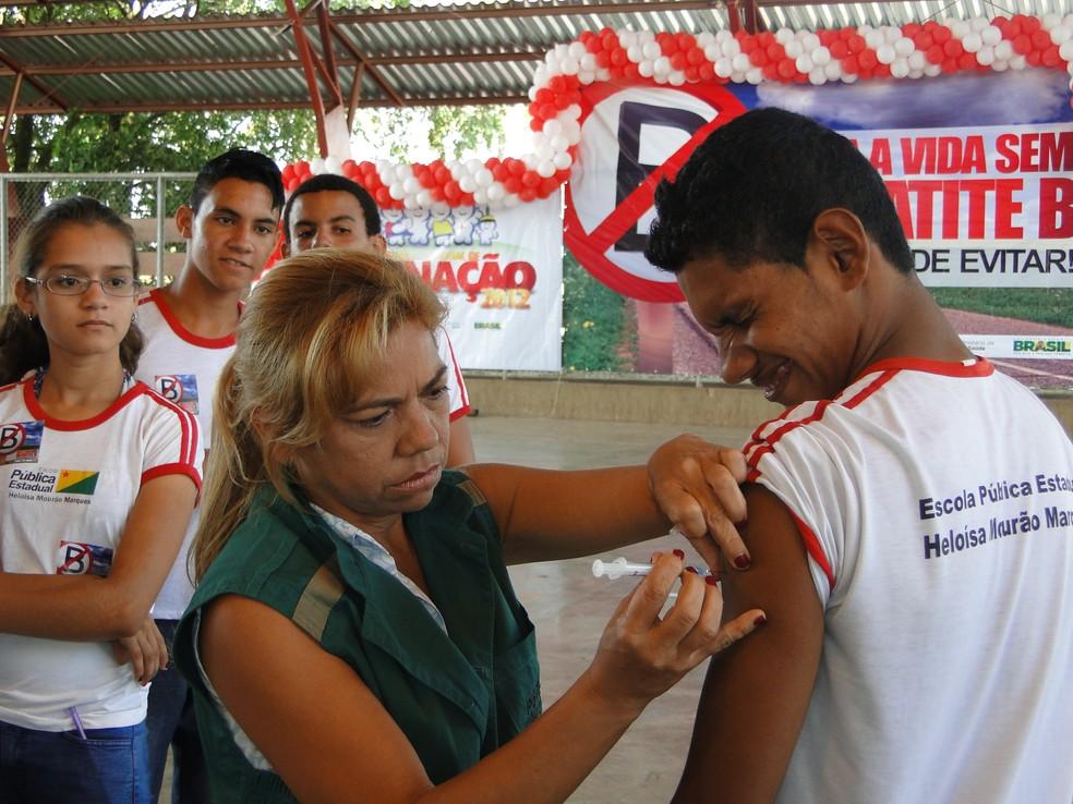Parceria entre ministérios autoriza equipes entrarem nas escolas para vacinarem alunos (Foto: Divulgação/Sesacre)