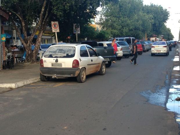 Muitos motoristas estacionam em locais proibidos devido à falta de vagas (Foto: Bruno Perez/G1 RR)