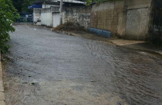 Moradores flagram vazamento de água tratada em rua de Goiânia