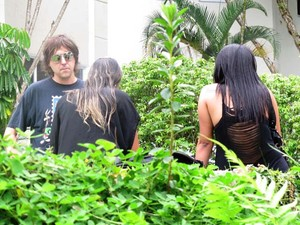 Amigos de Chorão aguardando sepultamento do cantor (Foto: Lincoln Chaves/G1)
