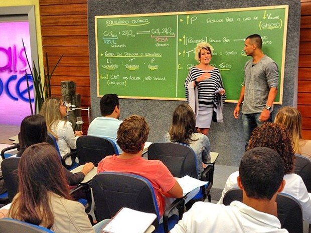 Ana Maria recebe professor de química e alunos para demonstração de aula (Foto: Mais Você / TV Globo)