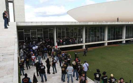 Manifestantes protestam em frente ao Congresso Nacional contra as reformas do governo (Foto: Fábio Rodrigues Pozzebom/ Agência Brasil)