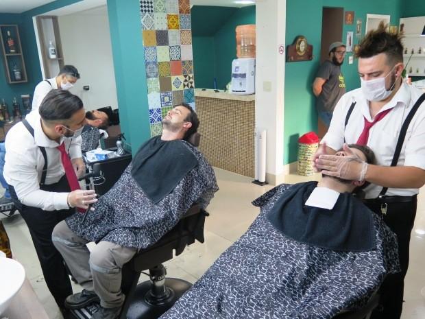 Barbeiros atendem clientes em local restrito para mulheres em Santos (Foto: Orion Pires / G1)