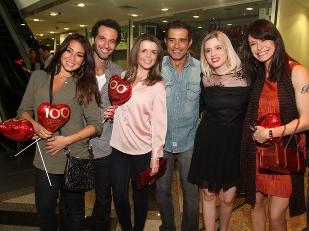Daniele Suzuki, Mouhamed Harfouch, Lucienne Moraes, Marcos Pasquim, Daniele Valente e Babi Xavier após estreia de peça no Rio (Foto: Anderson Borde/ Ag. News)