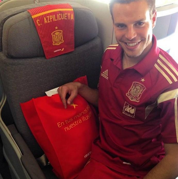 Azpilicueta sorri para foto dentro do avião da Espanha para Washington (Foto: Reprodução)