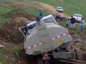 Caminhão tombou fora da rodovia para evitar colisão na BR-104 (Foto: Divulgação/ PRF)