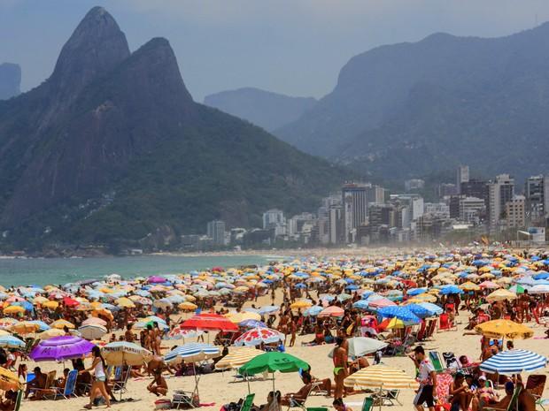 Pessoas aproveitam o dia de sol e calor na praia de Ipanema, no Rio de Janeiro. A sensação térmica na cidade chegou a 44,5ºC às 11h15 na Barra da Tijuca. Neste horário, a temperatura era de 39,6°C (Foto: Ellan Lustosa/Código 19/Estadão Conteúdo)