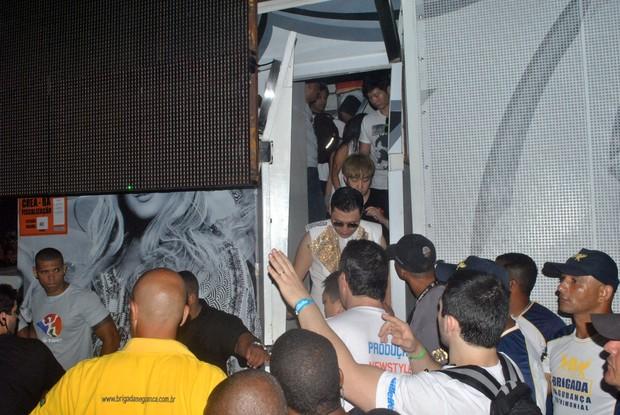 Psy deixando o trio da Claudia Leitte (Foto: Marcelo Machado/Ag Haack)