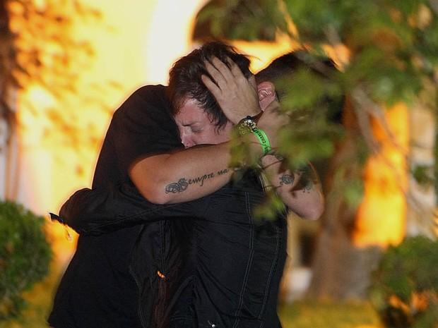 O baixista da banda a Banca, Lena e abraça o baterista da banda Bruno Graveto momentos antes do velório em Santos. (Foto: Lucas Baptista/Futura Press)