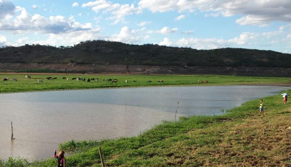 Encontro das águas da transposição do Rio São Francisco, à esquerda, com as águas do açude de Boqueirão, à direita (Foto: Artur Lira/G1)
