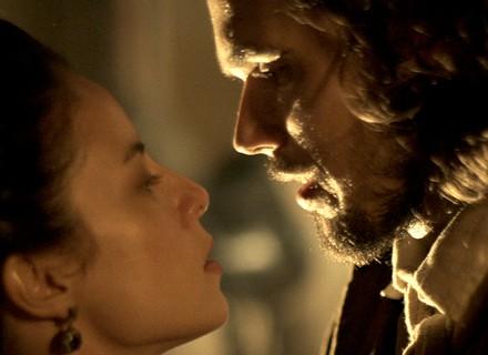 Joaquina e Xavier quase se beijam durante duelo
