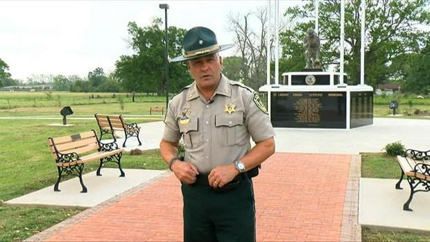 Um policial de Louisiana, nos EUA, ficou famoso ao gravar vídeos em que faz alerta o público sobre criminosos locais e pede que estes se entreguem (Foto: BBC)