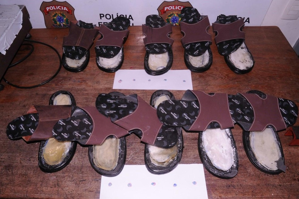 Droga foi encontrada dentro de 19 pares de chinelos (Foto: Divulgação/Polícia Federal)