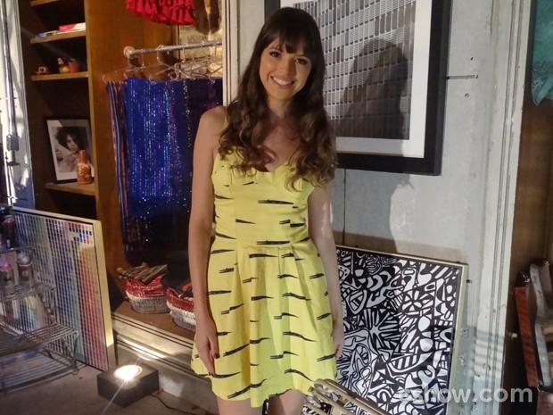 Agatha chegou de vestido amarelo para torcer pelo Brasil (Foto: Em Família/TV Globo)