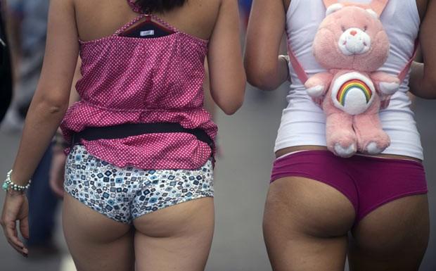 Centenas foram às ruas apenas em roupas de baixo em Medellín. (Foto: Raul Arboleda/AFP)