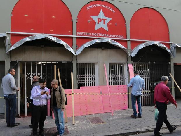 A sede do PT (Partido dos Trabalhadores) é vista com tapumes após ser atacada na tarde de quinta-feira (30) em São Paulo. Um homem passou e jogou um explosivo (coquetel molotov) na recepcao do prédio. Funcionarios deteram o homem e chamaram a policia (Foto: Marcelo S. Camargo/Frame/Estadão Conteúdo)