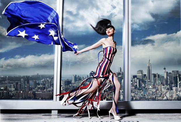 A empresária e modelo Jessica Minh Anh diante do WTC One, em Nova York (Foto: Divulgação)