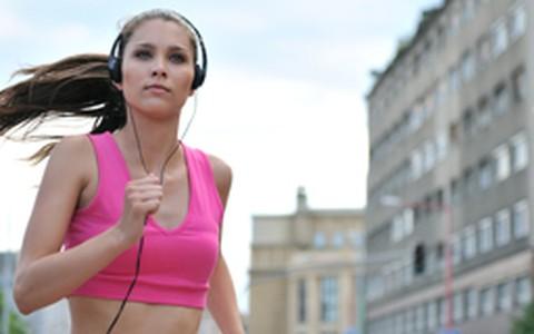 Ouvir música durante o treino aumenta o rendimento em até 15%, diz estudo