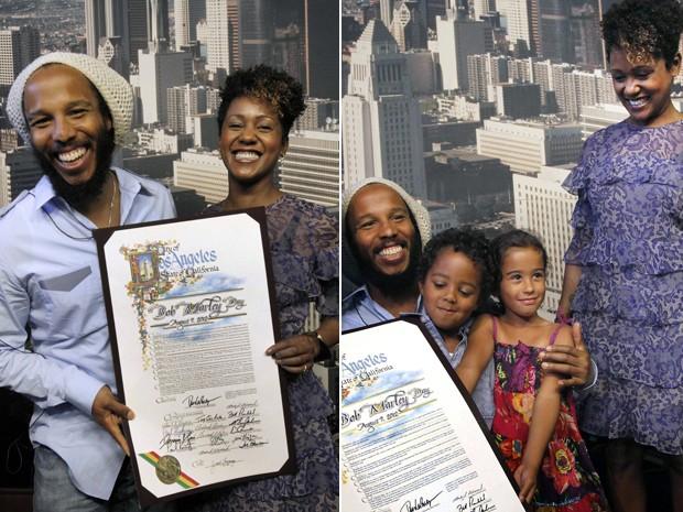 Os herdeiros de Bob Marley, Ziggy e Karen, com os netos Gideon e Nest (filhos de Ziggy), posam com placa que marca a criação do 'dia de Bob Marley', pela prefeitura de Los Angeles. O astro do reggae morreu nos EUA em 7 de agosto de 1981, aos 36 anos.   (Foto: AP/Nick Ut)