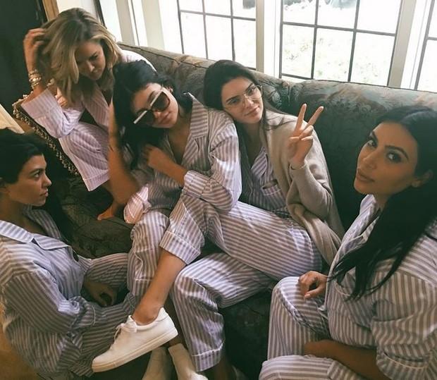 Kim kardashian posa com as irmãs: Khloe, Kourtney, Kendall e Kylie (Foto: Instagram)