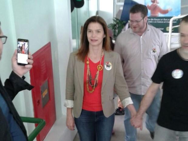 Angela Albino (PC do B) votou em Florianópolis neste domingo  (Foto: Júlio Ettore/RBS TV)