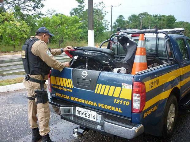 Mootocicleta apreendida usava placa de outra moto, roubada e Ananindeua. (Foto: Divulgação/PRF)