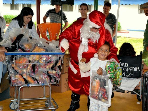 Papai Noel entrgou presentes para crianças do setor de pediatria (Foto: Divulgação/ Lucas Machado)