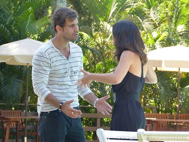 Ninho se impressiona com os planos da morena (Foto: Amor à Vida/TV Globo)