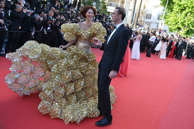 Convidada exibe vestido feito de embalagens de biscoitos em Cannes (Foto: Alberto Pizzoli/AFP)