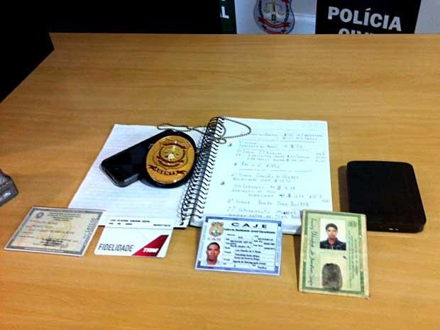 Documentos utilizados pelo suspeito de aplicar golpe para conseguir passagens aéreas (Foto: Isabella Formiga/G1)