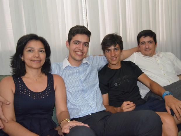 Humberto Guimarães comemora com a família os 5 anos sem utilizar insulina para tratar a diabetes tipo 1 (Foto: Adriano Oliveira/G1)