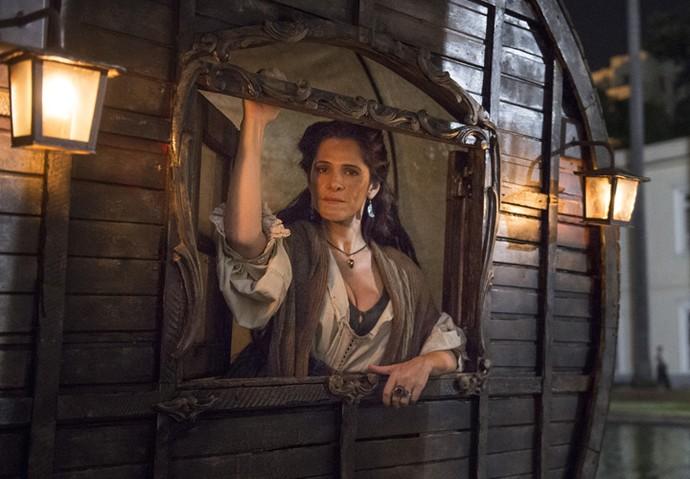 Em 'Novo Mundo', Elvira, personagem de Ingrid Guimarães, casa-se com Joaquim, papel de Chay Suede, à revelia dele (Foto: Globo/ Maurício Fidalgo)