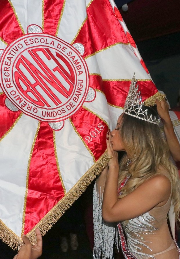 Lexa beija a bandeira da escola de samba (Foto: Rogério Fidalgo/AgNews)