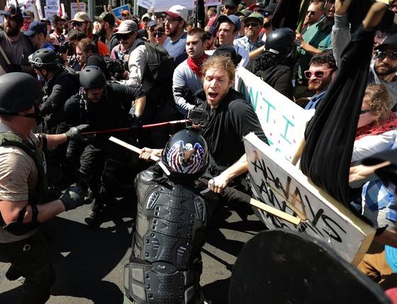 Supremacistas brancos da extrema-direita entraram em confronto com os manifestantes contrários aos seus ideais em Charlottesville, EUA (Foto: Chip Somodevilla/AFP)