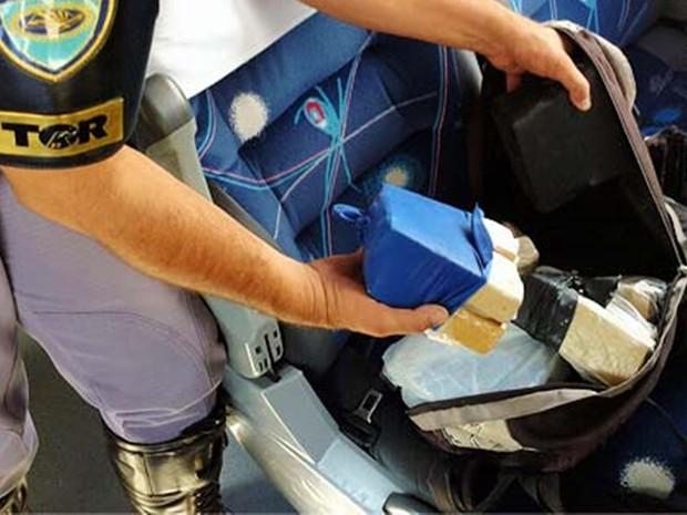 Droga estava escondida dentro de uma bolsa (Foto: Divulgação/Polícia Rodoviária)