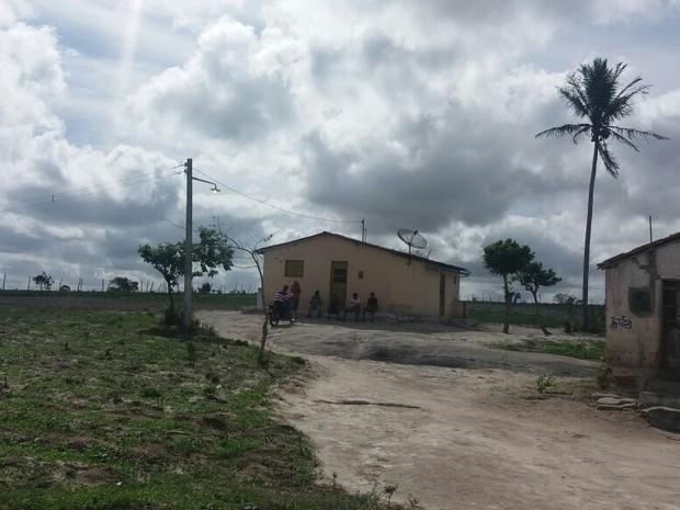 Pai e filho foram baleados por PMs ao serem confundidos com assaltantes na Paraíba (Foto: Marcos Vasconcelos/TV Paraíba)