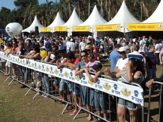 Estimacão reúne centenas de pessoas no Parque Rio Jaú  (Foto: Alan Schneider/ G1)